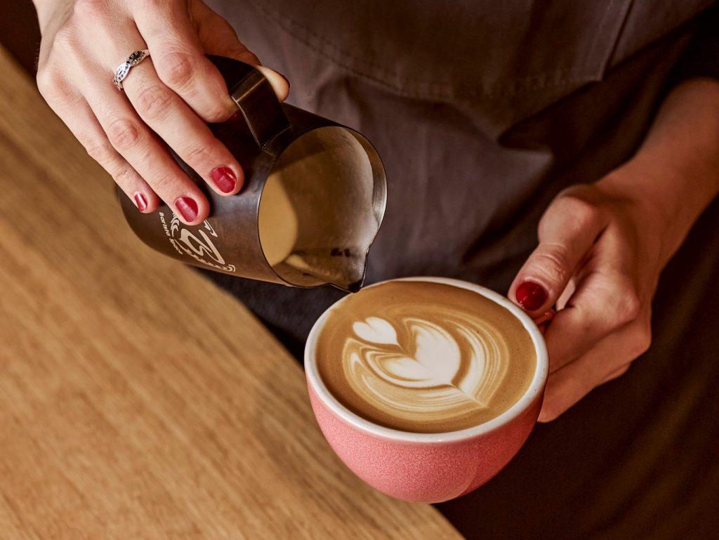 latte art w filiżance