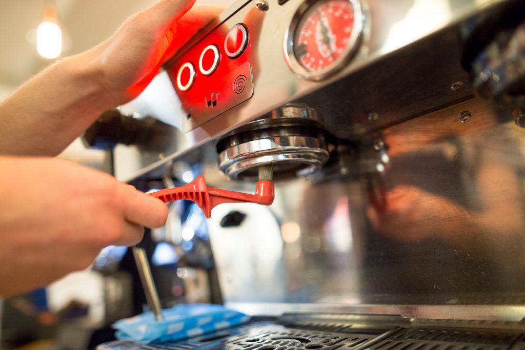 czyszczenie ekspresu w kawiarni