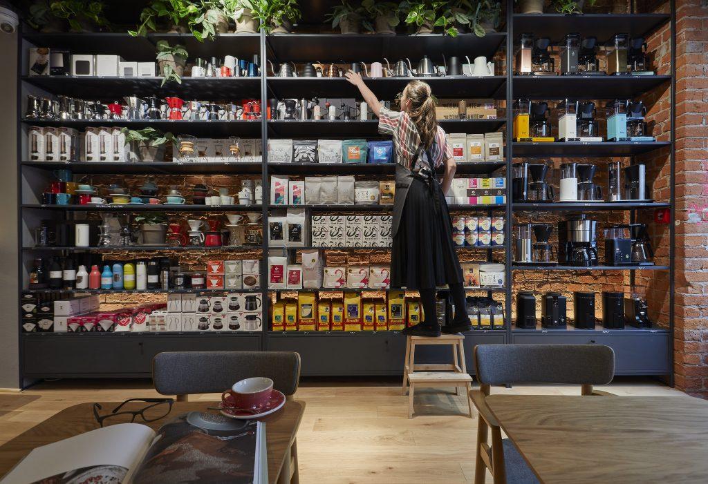 półka sprzedażowa w kawiarni Coffeedesk przy Próżnej w Warszawie